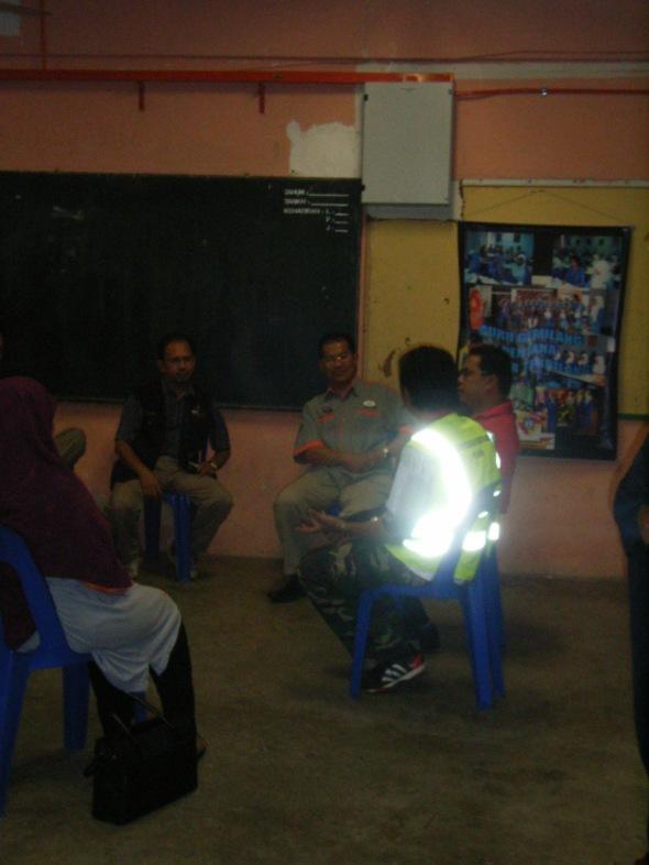 kelihatan Abu Urwah sedang berbincang bersama Akh Zun Arif, wakil DERU JIM